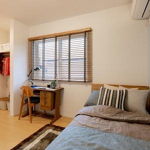 クローゼットを利用してセミオープンな子ども室。