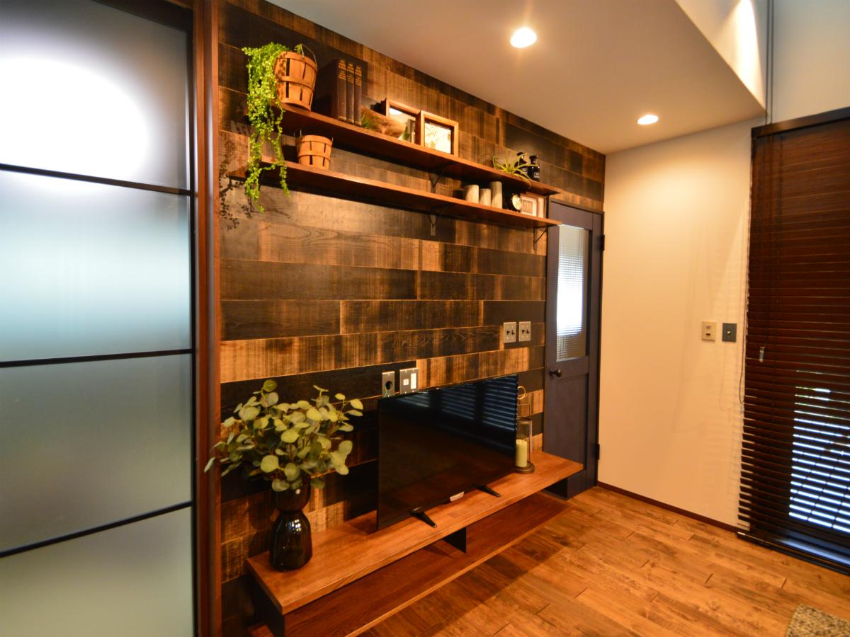 TVボード側の壁面は木目調の壁にして、落ち着きのある、くつろぎやすい雰囲気を作り出しています。