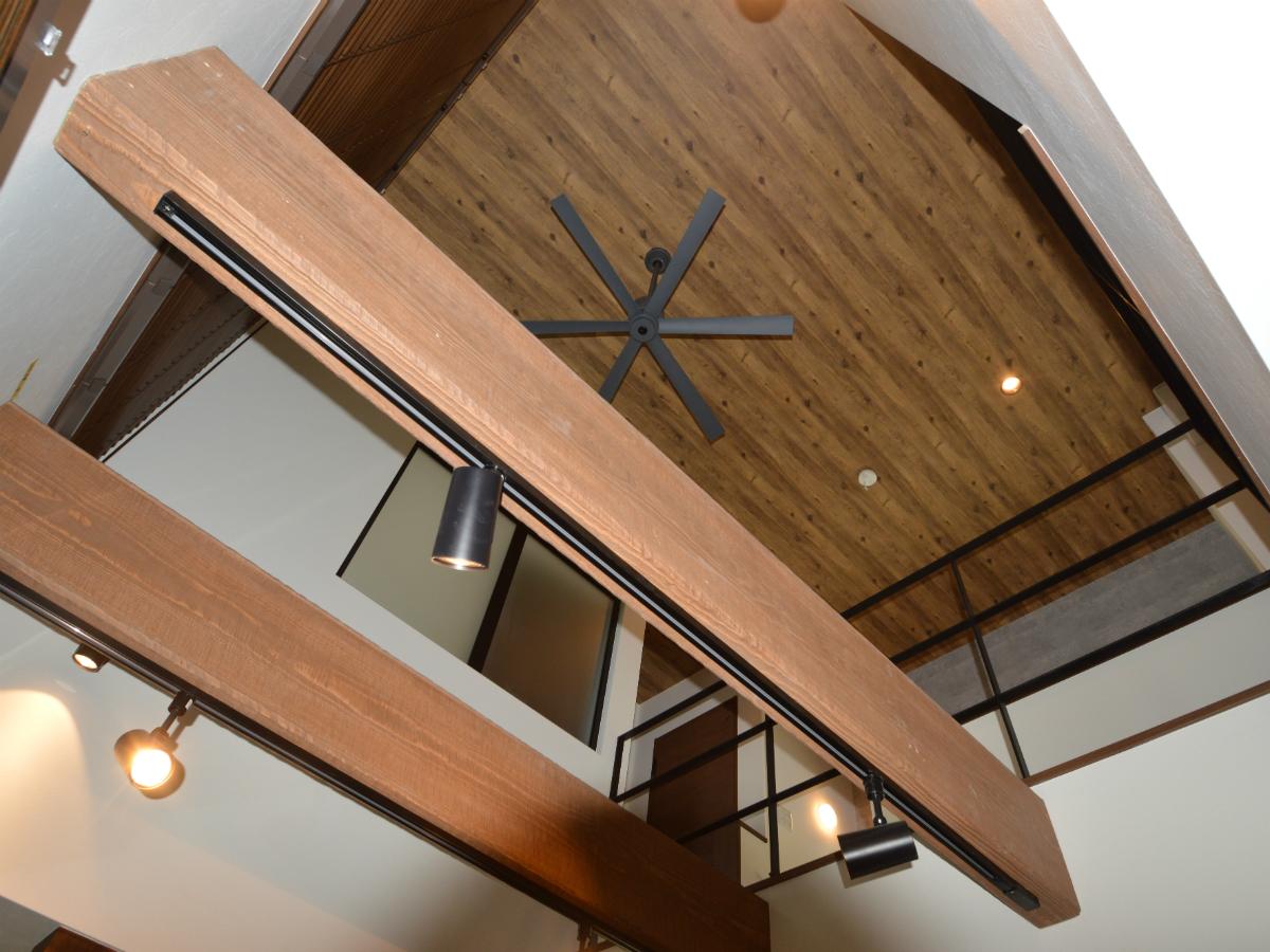リビング吹抜け上部の木目調の天井は、部屋全体の空間を作り上げるコーディネートに一役買っています。