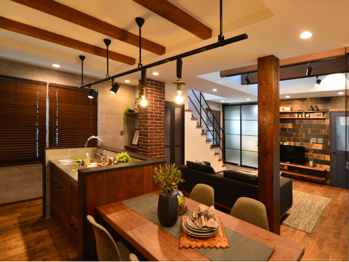 キッチン横に設けたダイニングは、スムーズにお料理を運べたり、家族一人一人が後片付けを手伝ったり出来る機能性の高い空間です。