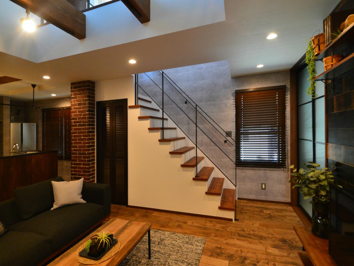 個室に入るまでに必ずリビングを通る階段の動線は、お子様のいるご家族に人気の間取りです。