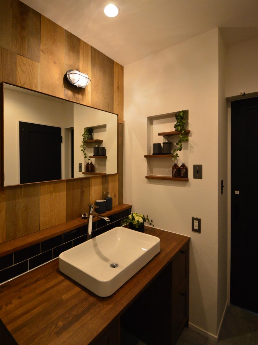 木目を基調とした洗面室は、おしゃれで高級感のある空間に仕上がりました。