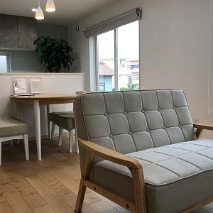 無垢フローリングと家具がマッチしたナチュラルテイストで居心地のよいLDKです。