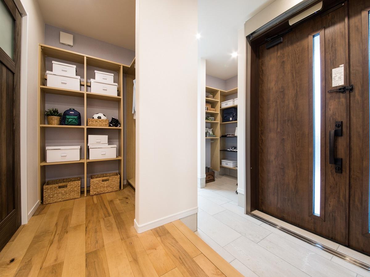 1階に大きなクロークを用意することでリビングがすっきり片付き、奥様の家事を減らすことが出来ます。