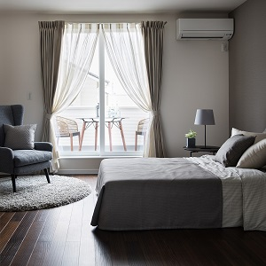 シックにまとめた寝室は大人のやすらぎ空間を演出。