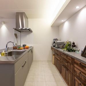 ステンレスで高級感のあるキッチン。おしゃれなだけでなく、水や熱にも強い優れた強度があり清潔さも保てるキッチンです。