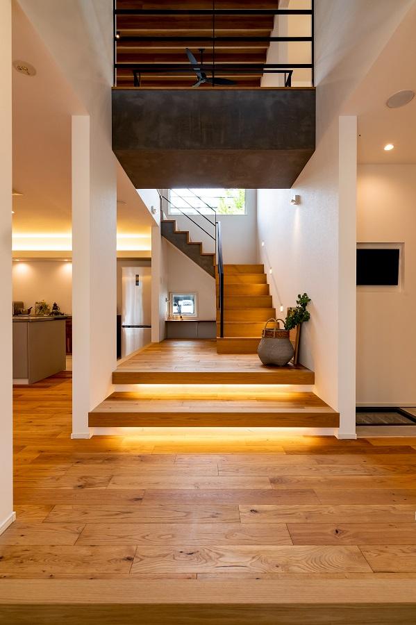 吹き抜け・階段・渡り廊下でタテヨコ空間が交錯する階段スペース。