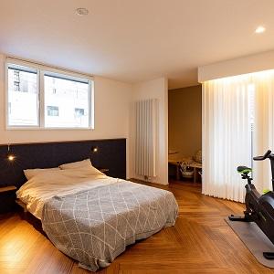 ゆったりとしたベッドルーム。就寝30分~1時間前にちょっとした運動をするとリラックス効果◎