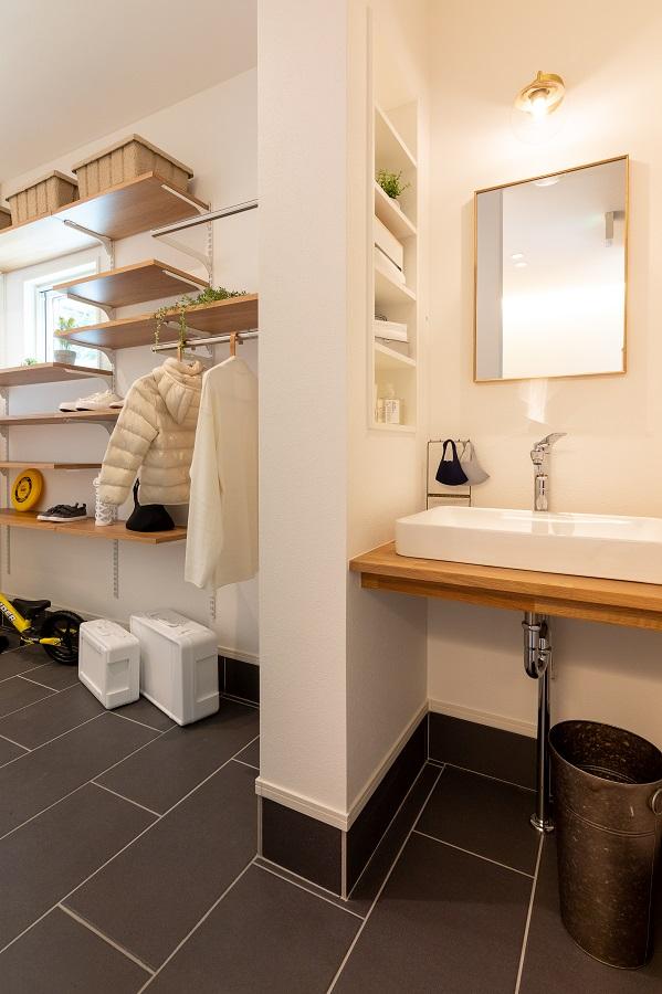 手洗いシンクがあるので、帰ってきててすぐに手を洗う事が出来、外の汚れや菌を家の中に持ち込まずにすみます。