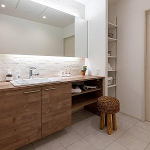 大きな鏡が特徴の洗面室。収納もたっぷりでちょっとしたメイクスペースとしても使用できます。
