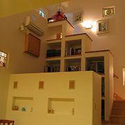 階段の角度に合わせた収納棚が、空間の広がりを演出しています。