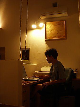 階段の踊り場に設置した書斎。孤立した空間にはせず、1階、2階どこからでもコミュニケーションが取れる場所になっています。