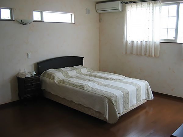 寝室の壁は、漆喰。調湿作用もあり、爽快さが売り。上部の小窓からは、やさしい光が入り、朝の目覚めをお手伝いします。