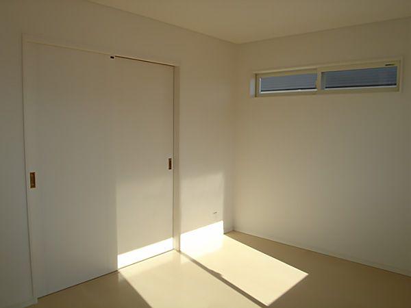 引き違いの扉で、独立も可能。高い位置にある窓は、空気の流れを作る為に取り付けました。