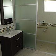 洗面所、トイレは同じ空間に。あくまでハワイアンスタイルに。たくさん自然光が差し込む明るい空間になっています。