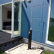あるととても便利な水栓。防水パンの代わりにタイルを敷き、雰囲気を大切にしました。