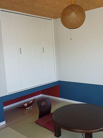クロスの色と家具で、ハワイと日本の融合させた和室に仕上げました。