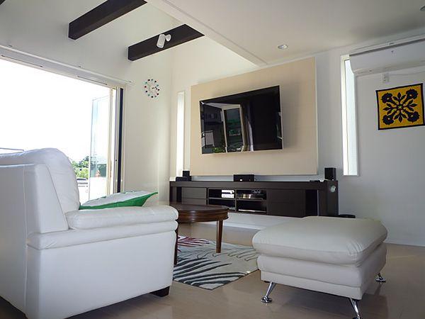 吹き抜けからの自然光が、リビング全体に降り注ぎます。家具にもこだわり、リゾート感溢れる空間になりました。