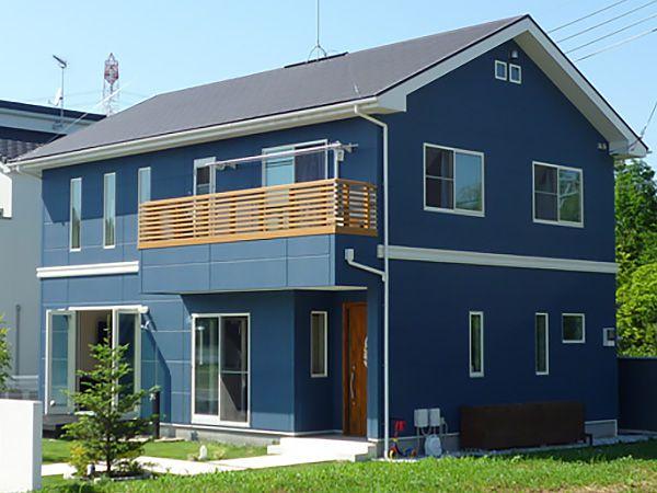 ALC外壁材にブルー色を施し、ホワイトのサッシでアクセントを。ハワイ大好きのご夫婦が力を合わせて造った住宅。