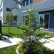 庭の中心にシンボルツーリーを植樹。木の成長と伴に、景観も変化していきます。天気の良い日はバーベキューやプールで楽しめます。