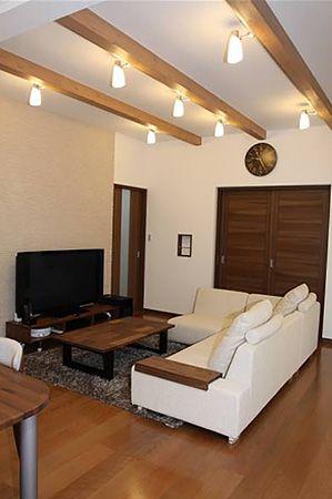 テレビ背面にはエコカラットを使用。調湿度作用で快適性を保ちます。リビング天井を見せ梁にすることで、開放感が増します。