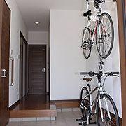 玄関を開けると、まず目に飛び込んでくるのは自転車。玄関ホールを大きくとり、2台分のラックを設置。上はご主人。下に奥様の自転車。とても広く造った玄関は、友達からも好評です。