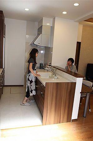 奥様お気に入りのキッチン。前にはカウンターがあるので、ご主人との会話もとても弾みます。