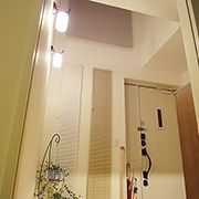 玄関上にも吹き抜けを設け、いつも明るく、広々と見える玄関ポーチにしました。