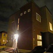 夜になれば、門燈が点灯され、より一層重厚さが引き立ちます。