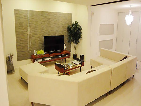 白を基調としたソファやお洒落な照明器具。小さめの照明を数多く使用してみました。また、和室と連動させ大空間を設置。大勢のお客様にも対応できます。