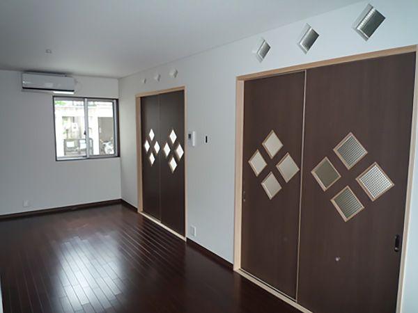 リビングと和室を仕切る襖や欄間には、旧屋で使用していたガラスを明り取りに利用。思い出が蘇ります。