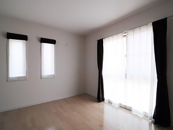 9.1帖の寝室に3帖のウォークインクロゼットを設置。 南面の『組合せ窓』で足元まで明るくて開放的な寝室です。
