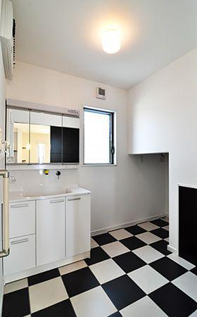 モダンな雰囲気のある洗面所。洗濯器は『ドラム式洗濯器』を利用する予定。階段下の空間が、洗濯機置き場にぴったりのスペースになります。