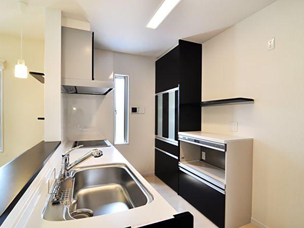 開放的な空間にしたい!との要望に、つり戸棚を排除。代わりに、背面に収納を設置。『デコカウンター』を取り付けることで上手に家電の配置が出来ます。