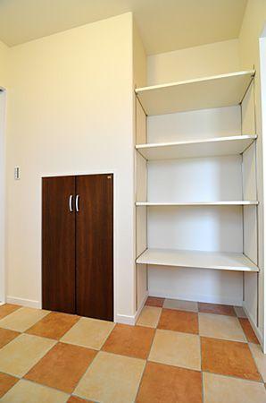 階段下を利用した階段下収納や、タオルや着替え等を置いておける棚もこだわりポイントです