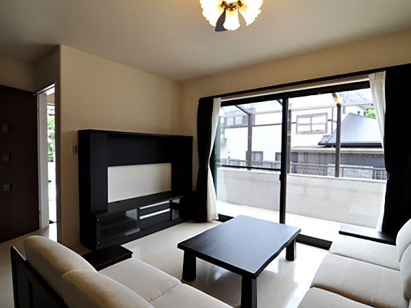 黒のオーディオボードに白いソファー。落ち着きがあり高級感溢れる空間が出来ました。家族団欒の場所になります。