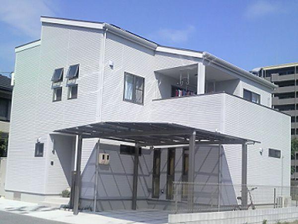 建物をL字型に設計し、太陽の日差しを十分に撮り込めるよう配慮しました。屋根には太陽光を設置しています。