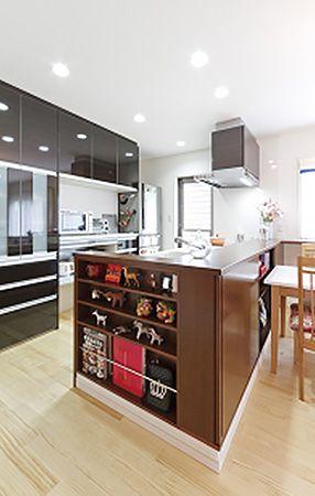 キッチンの仕様は、落ち着いた雰囲気を醸し出す黒の鏡面仕上げ。また、キッチン袖には、お気に入りの雑貨を飾れる棚を設けました。