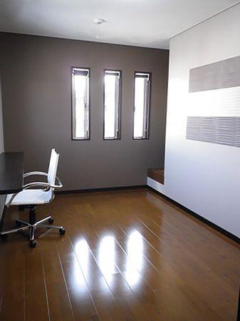 壁紙のトーンを抑え、落ち着いた雰囲気の書斎に仕上げました。壁面のエコカラットは、消臭・調湿効果があり、空間をいつでも爽やかな状態に保ってくれます。
