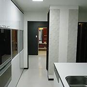 キッチンからそのまま洗面所に行く事ができ、家事動線が短かく、奥様が大変喜ばれています。