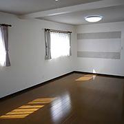 お子様が大きくなった時には、このお部屋を2つに分けることを想定して造りました。天井は、折上げ天井にし、圧迫感の空間に仕上げました。