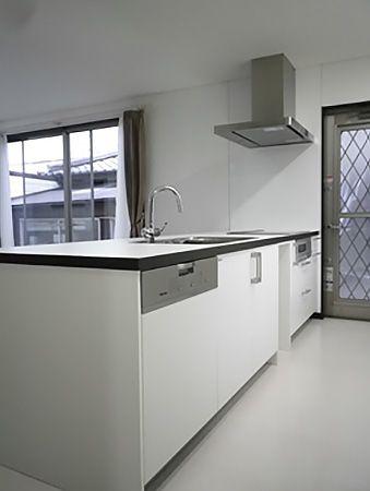 お施主様が福岡のショールームまで足を運んで打合せを行った、こだわりのキッチンです!床材の色とマッチさせることで、デザイン性を高めた空間になっています。背面には、同じ素材を使用したカップボードを配置させます。
