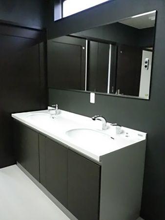 洗面台には水洗が2箇所!壁には一面鏡!お子様が大きくなっても混雑する事は無いですね☆