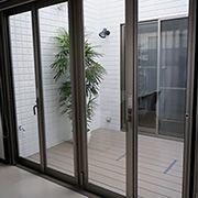 白を基調とした清潔感のある空間に仕上がりました☆そしてリビングから中庭に繋がる窓は、全開口の窓を採用しました!