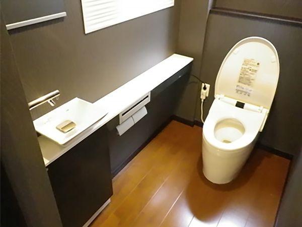 人感センサーで、なんと自動で便座が開きます!ですが、ここまでは最近よく見かけるようになったタンクレストイレです。 今回はなんと洗浄リモコンも自動で開きます!