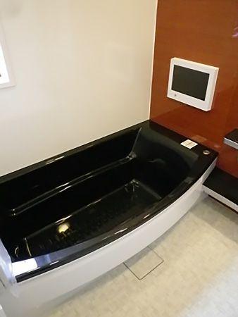 お風呂にはTVや、外にある配線にiPodなどのプレーヤーを繋ぐとお風呂の中で聞けるという代物が付いています!!その為お風呂の天井にはスピーカーも付いています。高級感抜群です☆