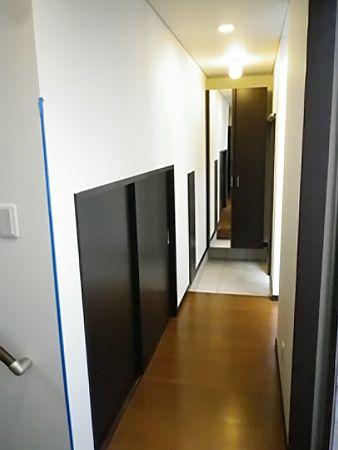 玄関のすぐそば、なにやら扉が。これをあけると中には、大きな蔵が広がります。
