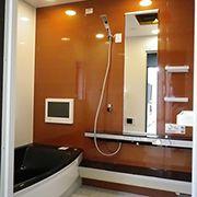 お風呂にはTVや、外にある配線にiPodなどのプレーヤーを繋ぐとお風呂の中で聞けるという代物が付いています!!その為お風呂の天井にはスピーカーも付いています。 高級感抜群です☆