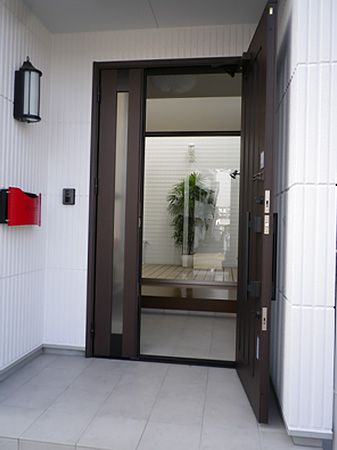 真っ白な外壁に真っ赤なポスト!とても素敵です。  玄関を開ければ、ご自慢の中庭が姿を現します。