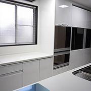キッチンと同じ素材で作られた、大収納カップボード。収納力抜群です。